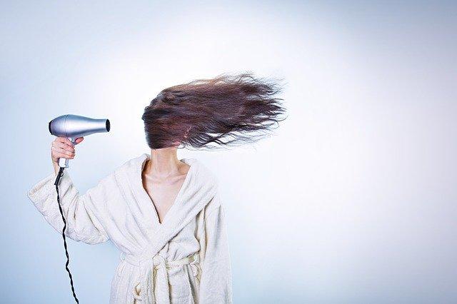 jak zmyć płukankę z włosów